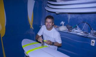 Fábio Gouveia shapeando sua nova prancha