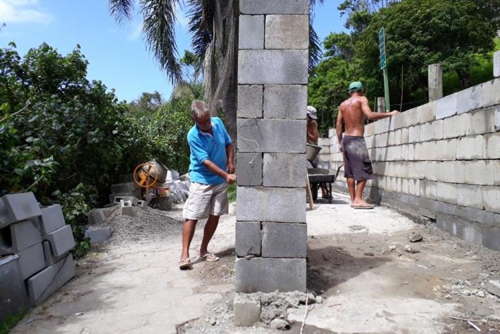 AMAPRAM e comunidade na reconstrução da lixeira comunitária do Matadeiro.