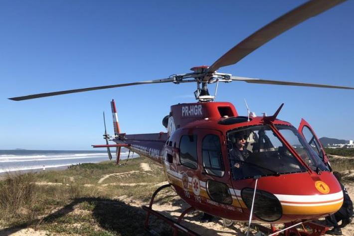 Helicóptero do Arcanjo resgatou surfista na praia do Campeche nesta segunda (21) - Arcanjo/Divulgação