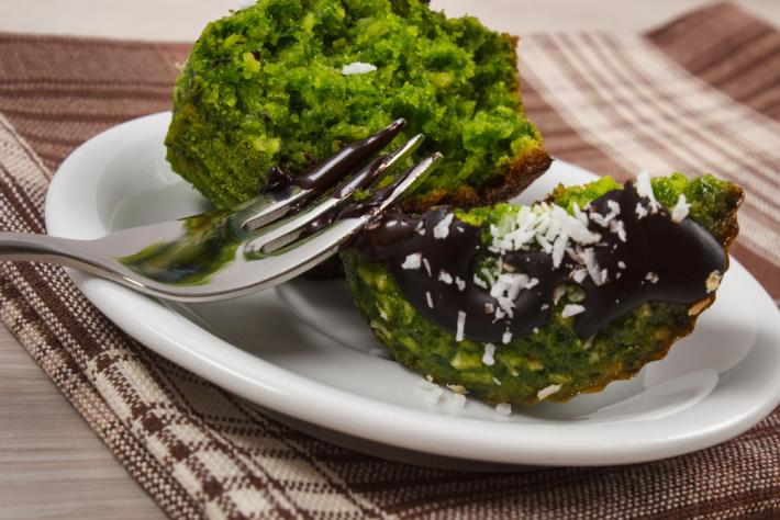 Bolo verde de espinafre com alfarroba