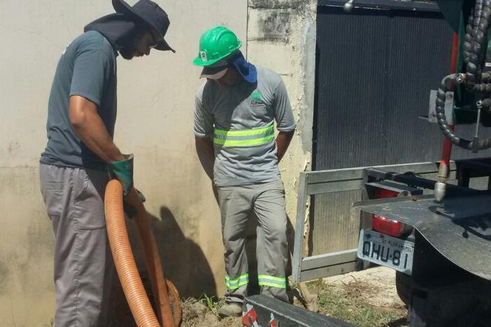 Durante a ação desta terça, a equipe da Casan inspecionou cerca de 100 caixas de esgoto no Campeche - Casan