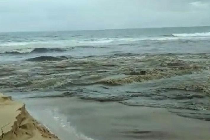 Água da Lagoa Pequena quebra barreira e desemboca próximo ao Novo Campeche